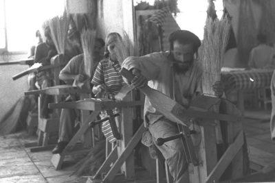 עיוורים בבית החרושת למטאטאים בכפר אוריאל - ארכיון הצילומים הלאומי